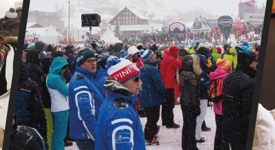 Val d'Isère une première mondiale ! Unforfait de ski tout-en-unpour les vacanciers pourpayer et accéder à toutes les prestations de la station :commerçants, restauration, remontées mécaniques